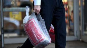 Когда вы возвращаетесь домой, сумки опорожняются, а затем часто хранятся в багажнике горячей машины до следующей поездки за покупками. Тепло способствует росту любых бактерий, которые остаются в сумке