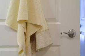 Ручки ванной комнаты кишат бактериями или заражены вирусами, как все дверные ручки, выключатели света и электронные клавиатуры по всему дому. Быстрое протирание дезинфицирующей салфеткой решит эту проблему