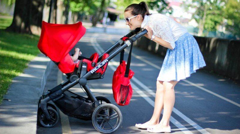 Что бы малыш не мерз в холодную пору года, к коляске можно приобрести специальный конверт. В нем ножкам и ручкам ребенка наверняка будет комфортно и тепло. Обычно конверт представляет собой на первый взгляд комбинезон