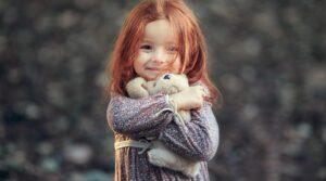 Проигрывая ситуации обычной жизни в игре с куклой, ребенок часто меняет свое отношение к произошедшим неприятностям в настоящей жизни и превращает его в позитив