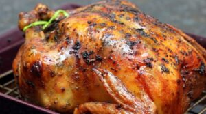 Ничто не сравнится с сочной и хрустящей жареной курицей, подаваемой прямо из духовки. Но не всегда блюдо съедается полностью, и его оставляют на потом. Некоторые продукты на следующий день становятся намного вкуснее, так как все ароматы прекрасно смешиваются