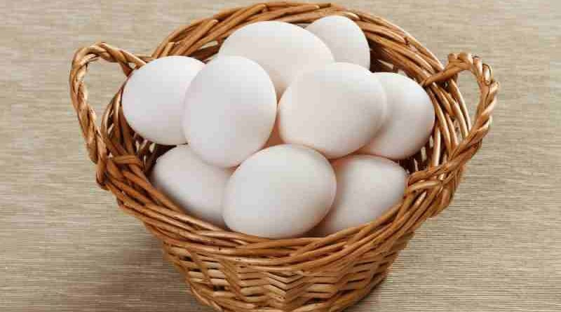 Замороженные яичные белки будут оставаться пригодными в течение шести месяцев. При использовании замороженных яичных белков в рецепте можно заменить 2 столовые ложки оттаявшего яичного белка на 1 цельный яичный белок