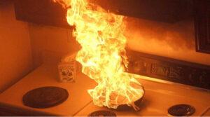 Еще один распространенный ингредиент на кухне, который может помочь потушить возгорание жира – это соль. Соль имеет очень высокую температуру плавления